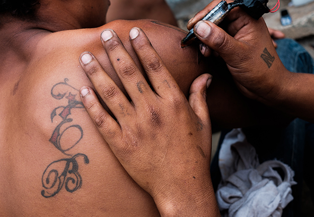 POLITICS LAW & BODIES. Undocumented migrants from Central American getting tattooed on the train tracks in Mexico (de Leon)