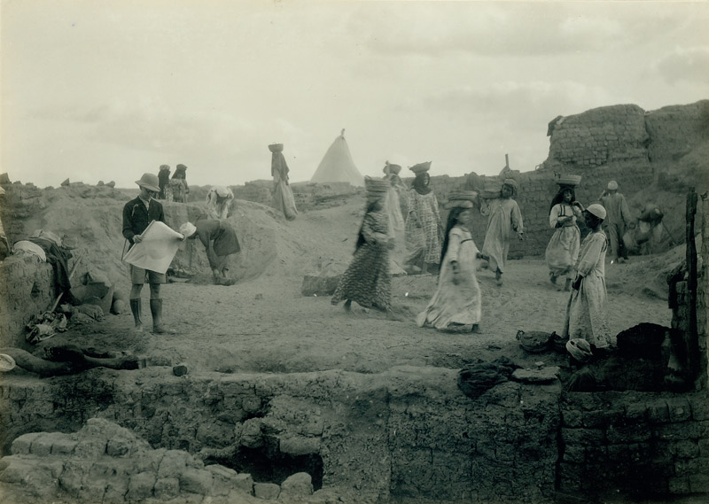 black and white photo of archaeological excavation in 1920s Egypt