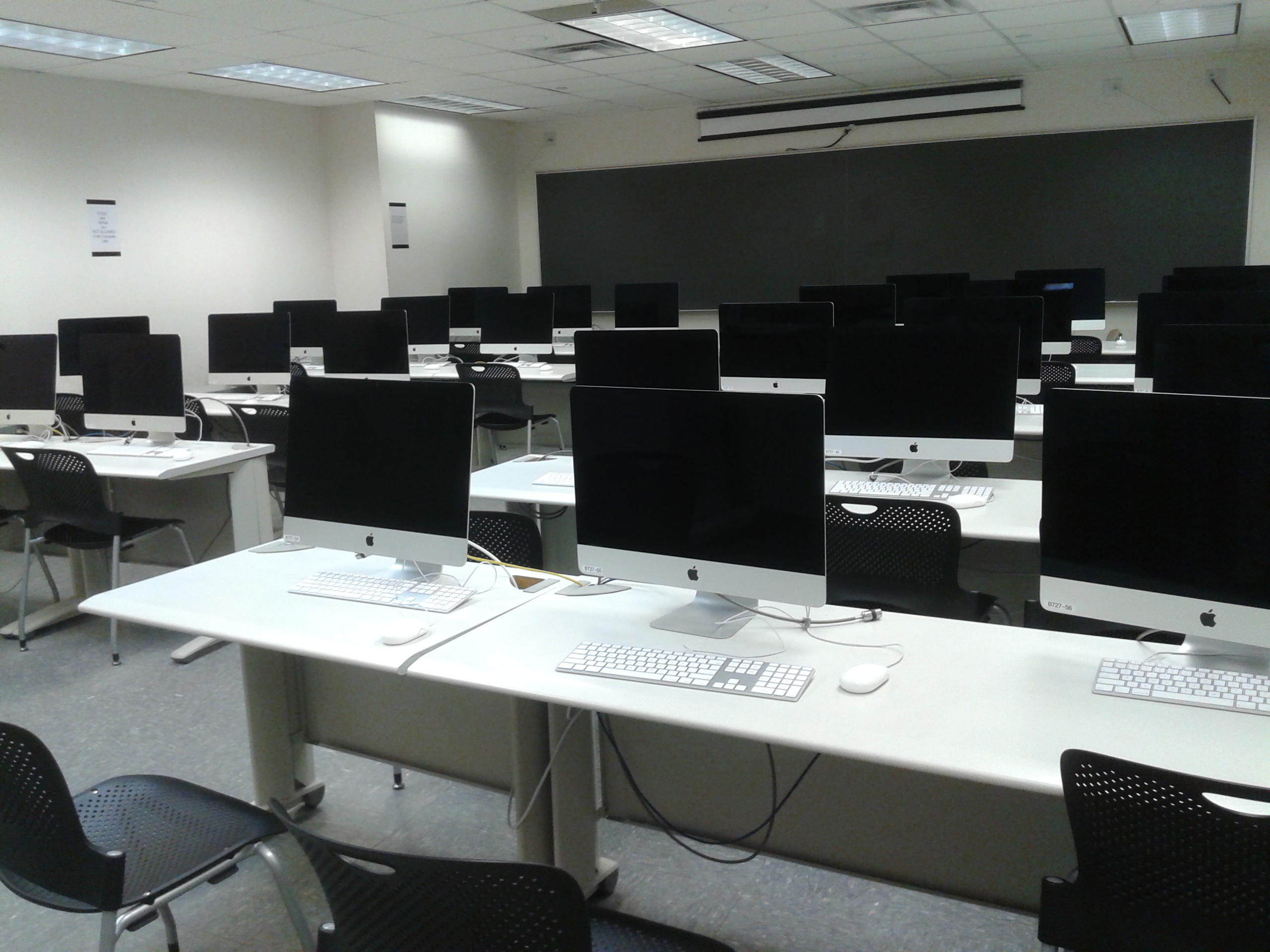 [image of classroom style computer lab]