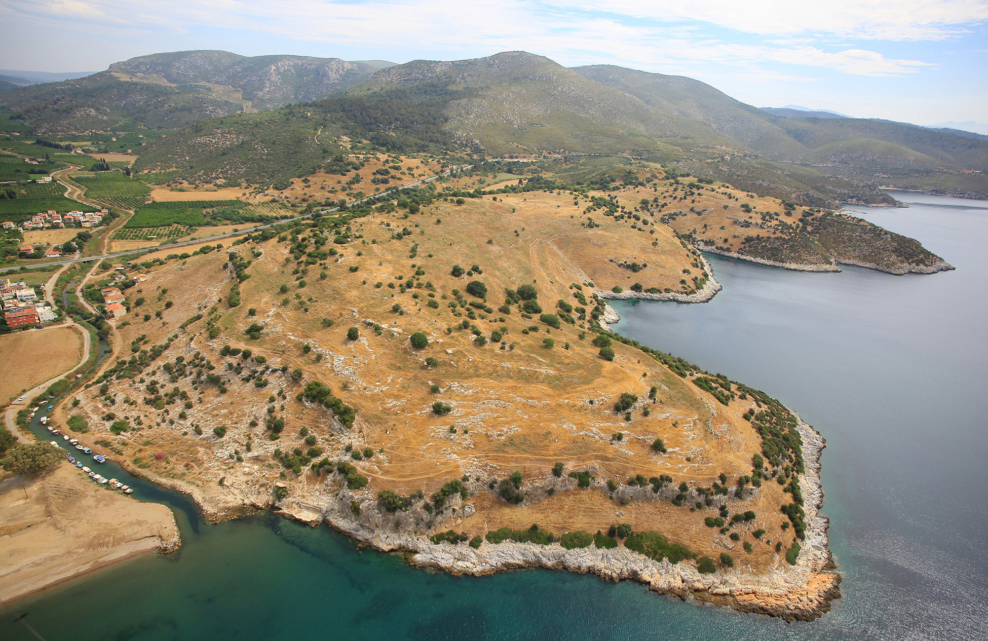 Kuzeydoğu yönünde Notion arkeolojik sit alanının, batı'da Hales Nehri ile birlikte havadan görünüşü