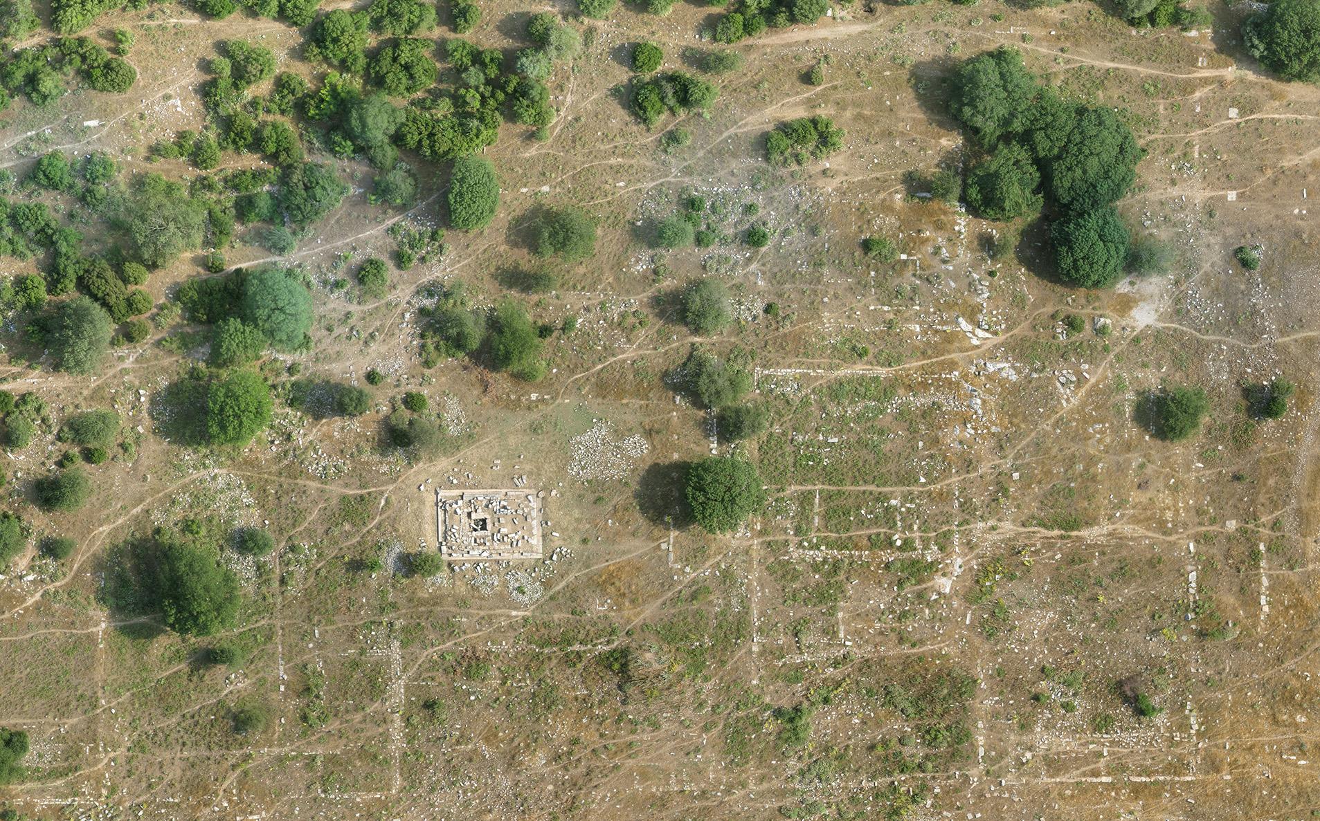 Agoranın batısında, Heroon civarında, arazinin olağanüstü yüzey okunurluğunu gösteren ortorektifleştirilmiş hava fotoğrafından bir seçme